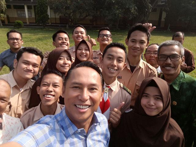 Bapak Nico Siahaan bersama siswa dan guru SMK Negeri 1 Cimahi